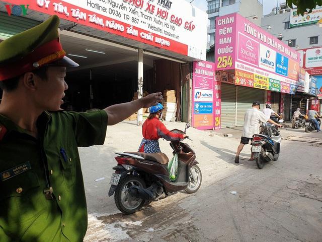 Dòng người chở nhau vô tư đi ngược chiều ở đường Nguyễn Xiển, Hà Nội - Ảnh 20.