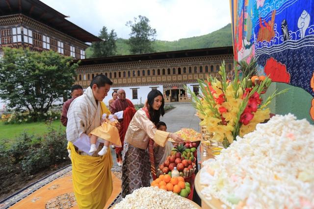 Vợ chồng Hoàng hậu vạn người mê Bhutan chính thức công bố tên con trai thứ 2 và loạt ảnh hiện tại của đứa trẻ khiến dân mạng xuýt xoa - Ảnh 3.