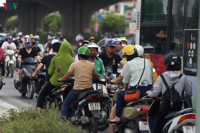 Dòng người chở nhau vô tư đi ngược chiều ở đường Nguyễn Xiển, Hà Nội - Ảnh 3.