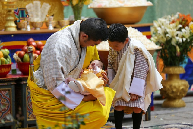 Vợ chồng Hoàng hậu vạn người mê Bhutan chính thức công bố tên con trai thứ 2 và loạt ảnh hiện tại của đứa trẻ khiến dân mạng xuýt xoa - Ảnh 4.