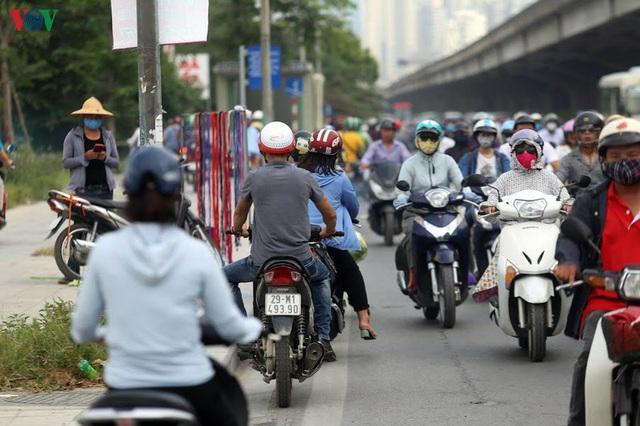 Dòng người chở nhau vô tư đi ngược chiều ở đường Nguyễn Xiển, Hà Nội - Ảnh 5.