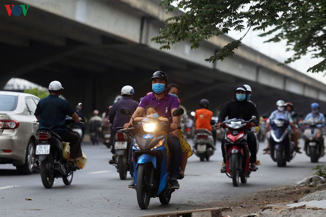 Dòng người chở nhau vô tư đi ngược chiều ở đường Nguyễn Xiển, Hà Nội - Ảnh 6.