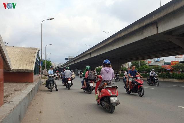 Dòng người chở nhau vô tư đi ngược chiều ở đường Nguyễn Xiển, Hà Nội - Ảnh 7.