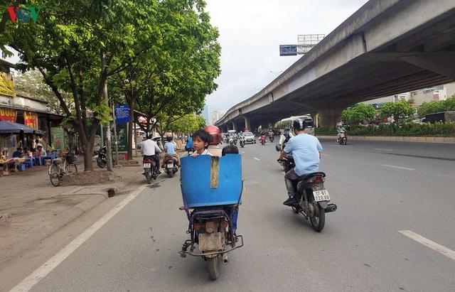 Dòng người chở nhau vô tư đi ngược chiều ở đường Nguyễn Xiển, Hà Nội - Ảnh 8.