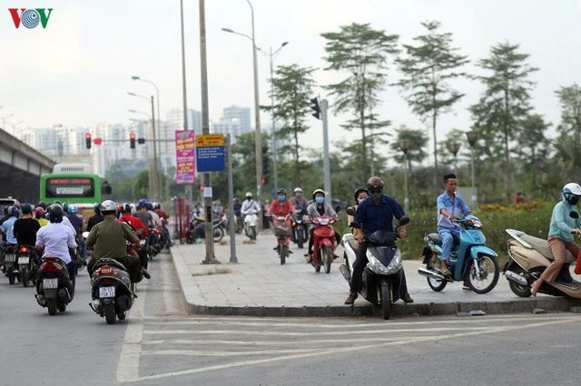 Dòng người chở nhau vô tư đi ngược chiều ở đường Nguyễn Xiển, Hà Nội - Ảnh 9.
