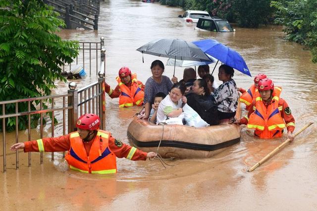 Những con số thiệt hại nặng nề do mưa lũ kinh hoàng ở Trung Quốc - Ảnh 1.
