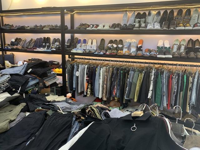 Tạm giữ hơn 33.000 sản phẩm có dấu hiệu giả nhãn Burberry, Lacoste, Gucci, Chanel, LV...  - Ảnh 1.