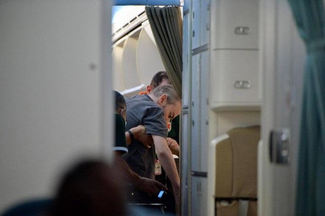 Hình ảnh phi công người Anh trên siêu máy bay rời Việt Nam về nước  - Ảnh 2.