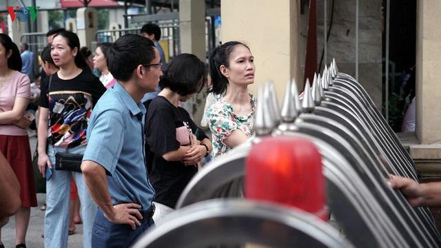 Cha mẹ lo âu, vạ vật ngoài cổng trường đợi con thi vào lớp 10 chuyên - Ảnh 2.