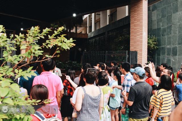900 học sinh tranh suất vào lớp 6: Phụ huynh chịu nắng nóng cả tiếng đồng hồ vẫn rạng rỡ đón con ra khỏi phòng thi vì không muốn tạo áp lực - Ảnh 2.