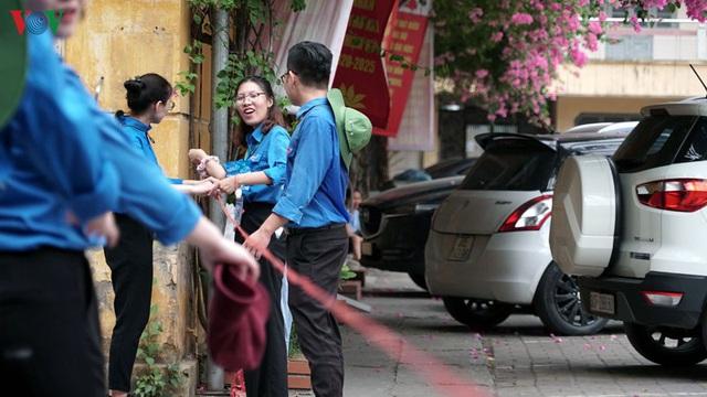 Cha mẹ lo âu, vạ vật ngoài cổng trường đợi con thi vào lớp 10 chuyên - Ảnh 14.