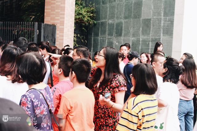 900 học sinh tranh suất vào lớp 6: Phụ huynh chịu nắng nóng cả tiếng đồng hồ vẫn rạng rỡ đón con ra khỏi phòng thi vì không muốn tạo áp lực - Ảnh 3.