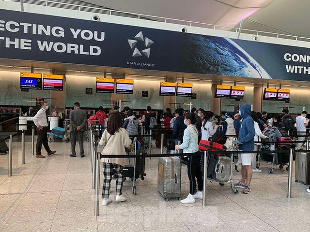 Phi công người Anh đã về đến quê nhà sau 15 giờ bay từ Hà Nội - Ảnh 7.