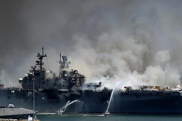 Mỹ cháy tàu đổ bộ tấn công, 3,8 triệu lít nhiên liệu đứng trước nguy cơ tràn ra biển - Ảnh 4.