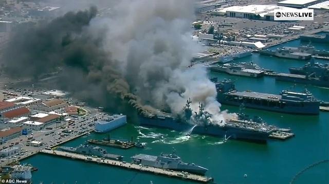 Mỹ cháy tàu đổ bộ tấn công, 3,8 triệu lít nhiên liệu đứng trước nguy cơ tràn ra biển - Ảnh 1.