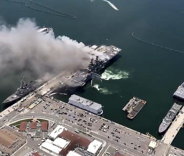 Mỹ cháy tàu đổ bộ tấn công, 3,8 triệu lít nhiên liệu đứng trước nguy cơ tràn ra biển - Ảnh 6.