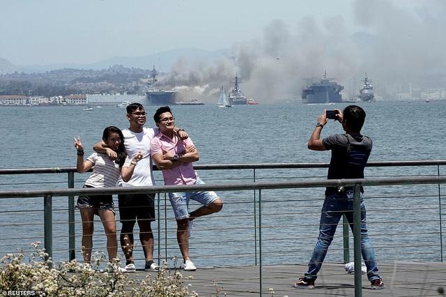 Mỹ cháy tàu đổ bộ tấn công, 3,8 triệu lít nhiên liệu đứng trước nguy cơ tràn ra biển - Ảnh 7.