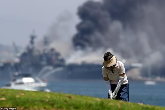 Mỹ cháy tàu đổ bộ tấn công, 3,8 triệu lít nhiên liệu đứng trước nguy cơ tràn ra biển - Ảnh 8.