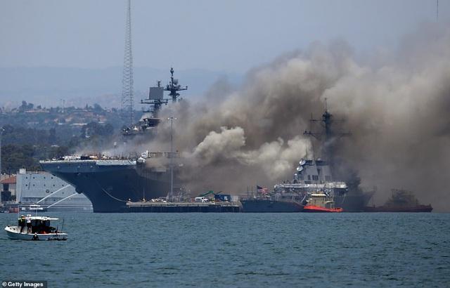 Mỹ cháy tàu đổ bộ tấn công, 3,8 triệu lít nhiên liệu đứng trước nguy cơ tràn ra biển - Ảnh 2.