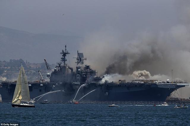 Mỹ cháy tàu đổ bộ tấn công, 3,8 triệu lít nhiên liệu đứng trước nguy cơ tràn ra biển - Ảnh 3.