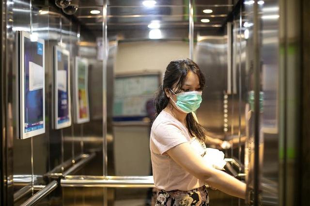 """Ca """"siêu lây nhiễm"""" Covid-19 ở Trung Quốc: Lây 71 người đi chung thang máy - Ảnh 1."""