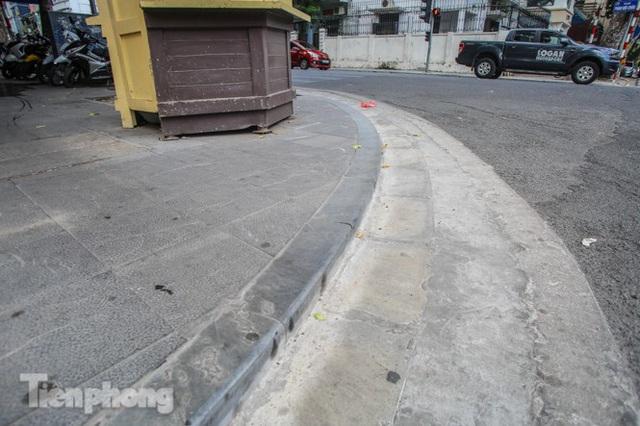 Vỉa hè các tuyến phố vùng lõi Thủ đô thay đổi ra sao sau lát đá tự nhiên? - Ảnh 3.