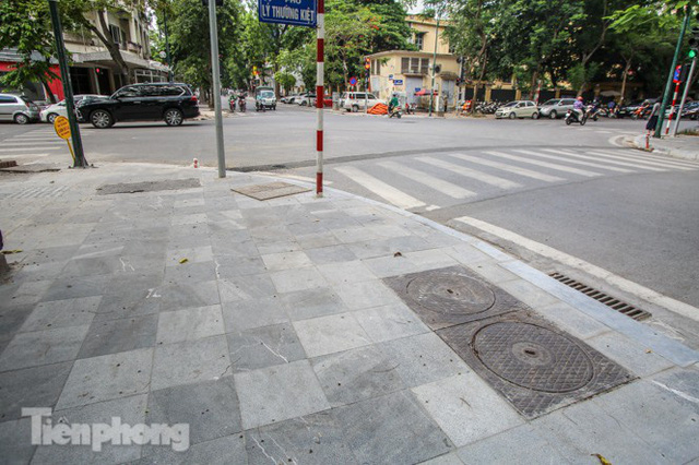 Vỉa hè các tuyến phố vùng lõi Thủ đô thay đổi ra sao sau lát đá tự nhiên? - Ảnh 4.