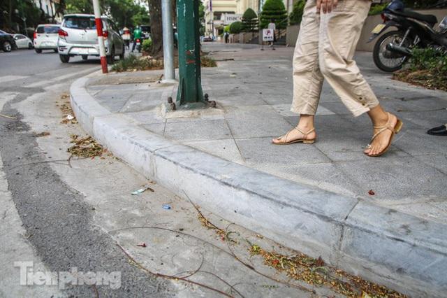 Vỉa hè các tuyến phố vùng lõi Thủ đô thay đổi ra sao sau lát đá tự nhiên? - Ảnh 6.