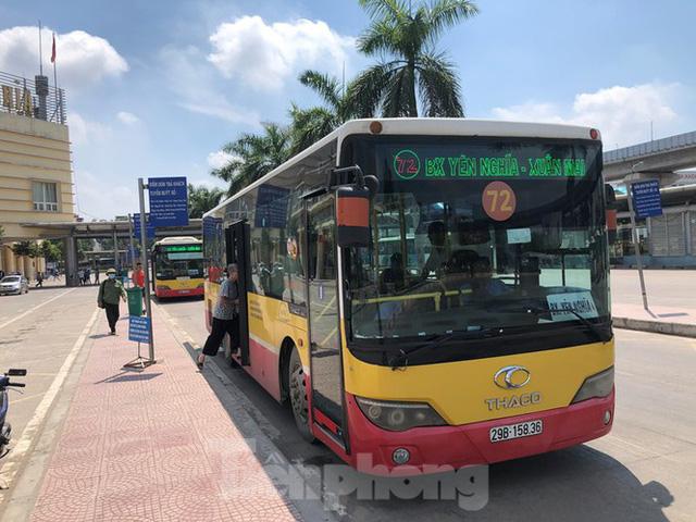 Cận cảnh tuyến xe buýt doanh nghiệp dọa dừng hoạt động ở Hà Nội - Ảnh 1.