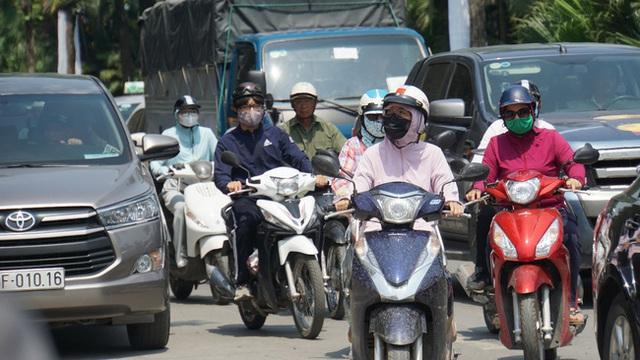 Chỉ số tia UV tại Hà Nội và Đà Nẵng từ 8-10 - mức gây hại rất cao, người dân ra đường đừng quên làm những việc này - Ảnh 1.