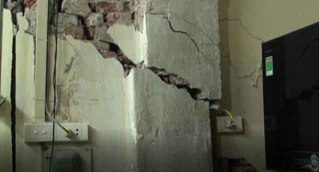 Hà Nội: Dân phố cổ đứng ngồi không yên trong ngôi nhà nứt toác, siêu vẹo, có thể đổ sập bất cứ lúc nào - Ảnh 1.