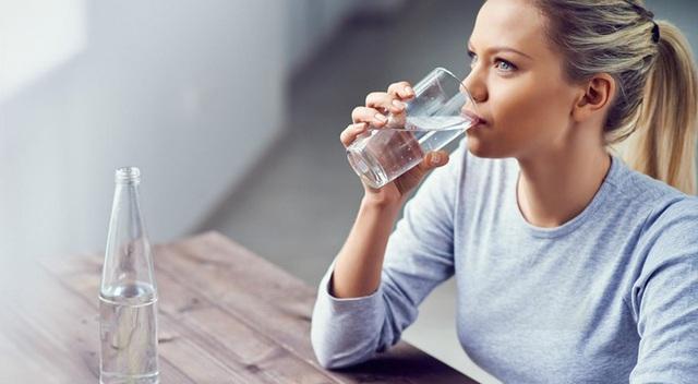 Ghi nhớ công thức số 5 giúp bạn uống nước đúng, đủ: Cơ thể vận hành và thải độc trơn tru - Ảnh 2.
