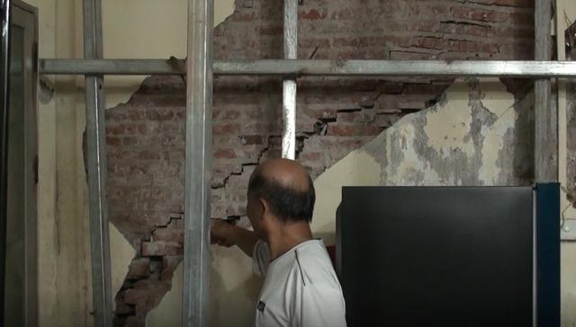 Hà Nội: Dân phố cổ đứng ngồi không yên trong ngôi nhà nứt toác, siêu vẹo, có thể đổ sập bất cứ lúc nào - Ảnh 3.