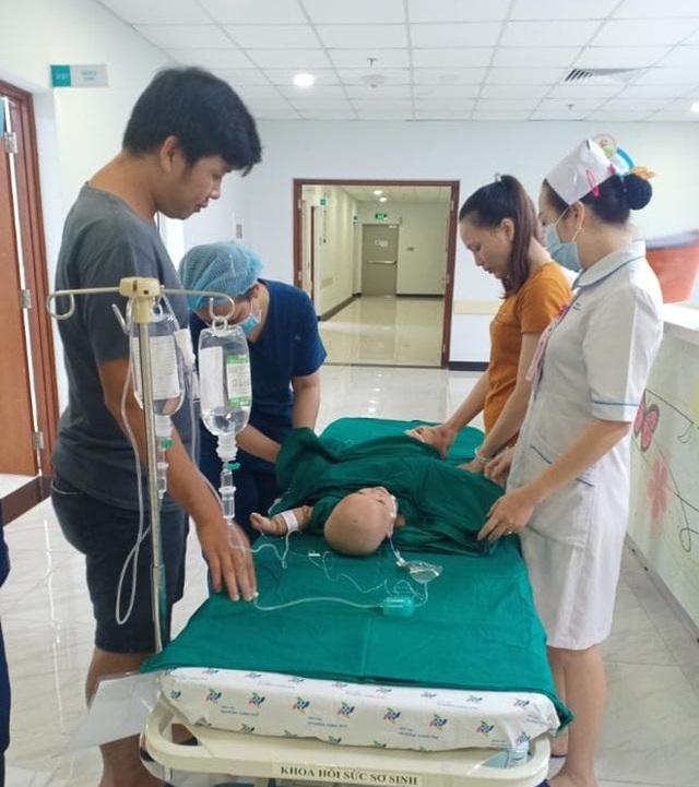 Tiến hành phẫu thuật tách dính 2 bé gái song sinh: Bố mẹ con đã khóc, mọi người đều mong các con được bình an - Ảnh 4.