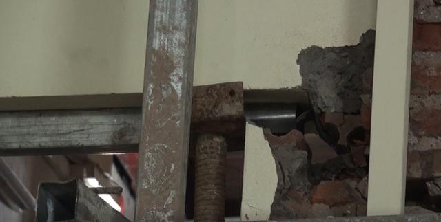 Hà Nội: Dân phố cổ đứng ngồi không yên trong ngôi nhà nứt toác, siêu vẹo, có thể đổ sập bất cứ lúc nào - Ảnh 6.