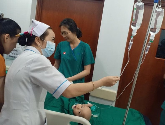Tiến hành phẫu thuật tách dính 2 bé gái song sinh: Bố mẹ con đã khóc, mọi người đều mong các con được bình an - Ảnh 6.