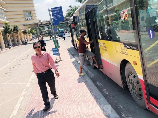 Cận cảnh tuyến xe buýt doanh nghiệp dọa dừng hoạt động ở Hà Nội - Ảnh 7.