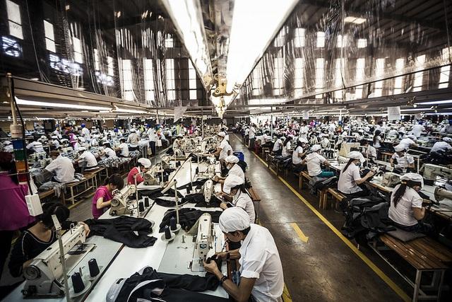 Việt Nam nằm trong số 3 quốc gia tăng trưởng dệt may lớn nhất trong cuộc chiến thương mại Mỹ - Trung - Ảnh 2.