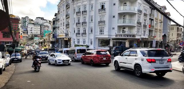 Nhiều tuyến đường ở Đà Lạt bị tê liệt... vì ùn ùn du khách  - Ảnh 2.