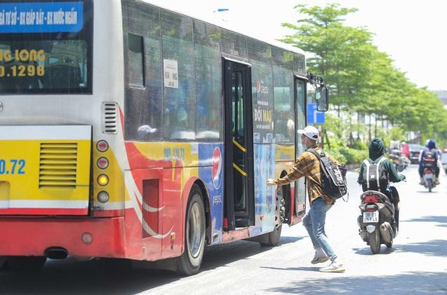 Xe buýt ế khách trong những ngày Hà Nội nắng nóng gay gắt - Ảnh 3.