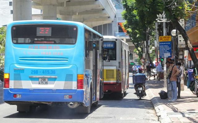 Xe buýt ế khách trong những ngày Hà Nội nắng nóng gay gắt - Ảnh 4.