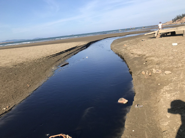 Kinh hãi với kênh nước thải đen ngòm hôi thối, xả thẳng ra biển của trại nuôi tôm ở Nghệ An - Ảnh 5.