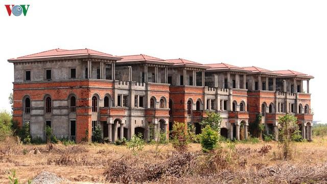 Hàng trăm biệt thự, nhà phố tiền tỷ bỏ hoang ở thành phố mới Bình Dương - Ảnh 5.