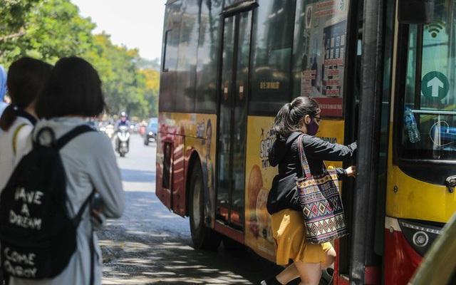 Xe buýt ế khách trong những ngày Hà Nội nắng nóng gay gắt - Ảnh 7.