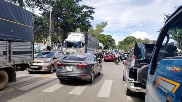 Nhiều tuyến đường ở Đà Lạt bị tê liệt... vì ùn ùn du khách  - Ảnh 8.