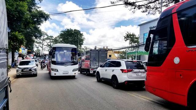 Nhiều tuyến đường ở Đà Lạt bị tê liệt... vì ùn ùn du khách  - Ảnh 9.