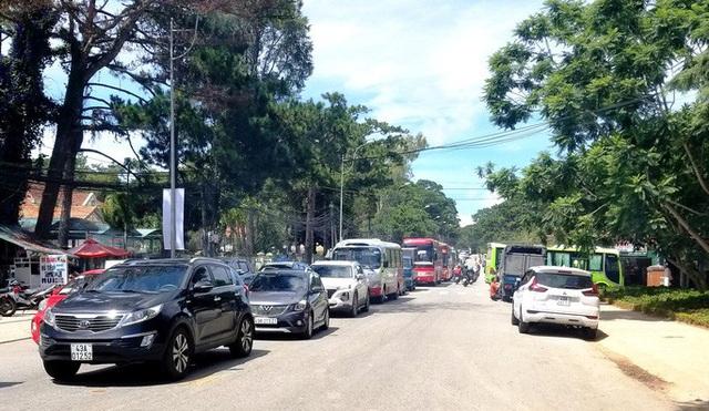 Nhiều tuyến đường ở Đà Lạt bị tê liệt... vì ùn ùn du khách  - Ảnh 11.