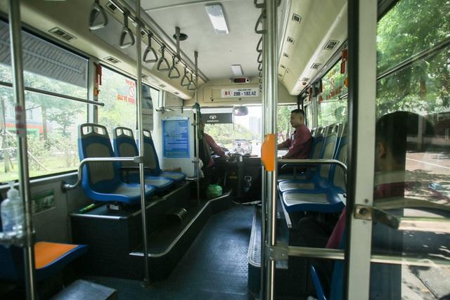 Xe buýt ế khách trong những ngày Hà Nội nắng nóng gay gắt - Ảnh 11.