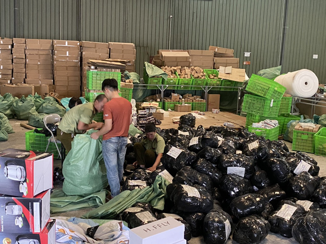 Đột kích kho hàng lậu hơn 100.000 sản phẩm tại cảng ICD Mỹ Đình - Ảnh 1.