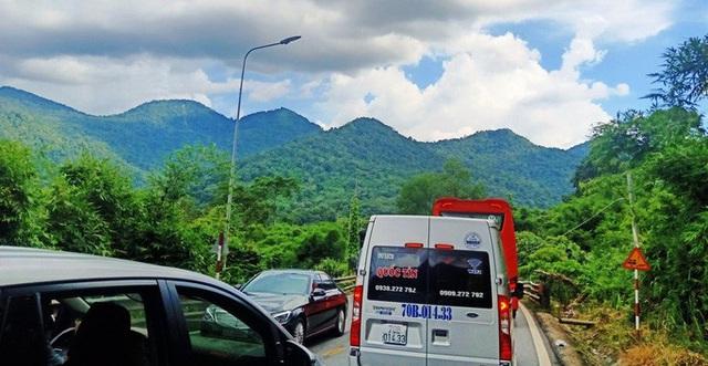 CLIP: Du khách từ Đà Lạt ùn ùn trở về, đèo Bảo Lộc lại kẹt cứng nhiều giờ  - Ảnh 9.